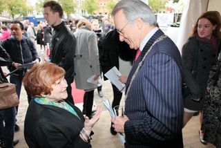 Helen-meets-the-MayorE2A05